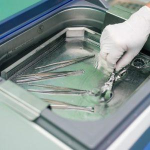 Bei der Reinigung von Instrumenten steht die desinfizierende Wirkung im Vordergrund (Foto: flywish, Fotolia)