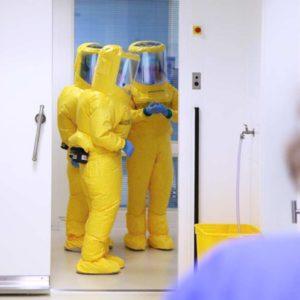 In regelmäßigen Schulungen und Übungen trainieren die Mitarbeiter des Universitätsklinikums Düsseldorf für den Einsatzfall der Sonderisolierstation. (Foto: Abfallmanager Medizin)