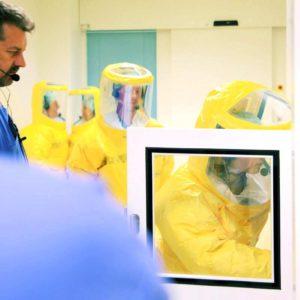 Stefan Boxnick, SIS-Koordinator der Sonderisolierstation in Düsseldorf, leitet die Mitarbeiter-Schulungen für den Einsatzfall an. (Foto: Abfallmanager Medizin)