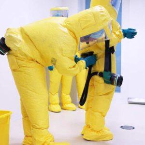 Die Schutzanzüge sind mit einer Frischluftversorgung ausgestattet. Im Anzug wird ein Überdruck hergestellt, so dass ggf. kontaminierte Luft nicht einströmen kann. (Foto: Abfallmanager Medizin)