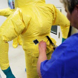 Ebenso Bestandteil der Übungen: Das Zerschneiden der Schutzanzüge nach Verlassen der SIS. (Foto: Abfallmanager Medizin)