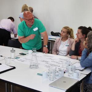 Matthias Rink aus Marburg in der Diskussion mit den Kolleginnen (Foto: Abfallmanager Medizin)