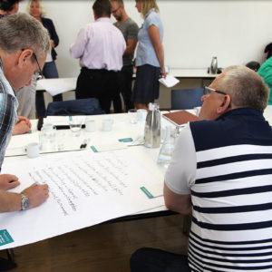 Den Teilnehmern fällt es nicht schwer, ihre Gedanken auf Papier zu bringen (Foto: Abfallmanager Medizin)