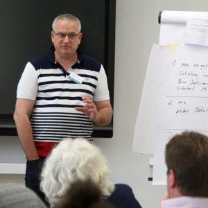 Andreas Junk aus Augsburg stellt die Ergebnisse seiner Gruppe vor (Foto: Abfallmanager Medizin)