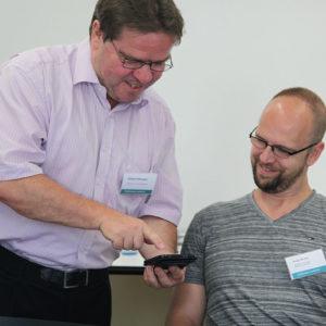 Roland Dittmann aus Leipzig erläutert Andy Binder aus Mönchengladbach die Matrix seines Hauses (Foto: Abfallmanager Medizin)