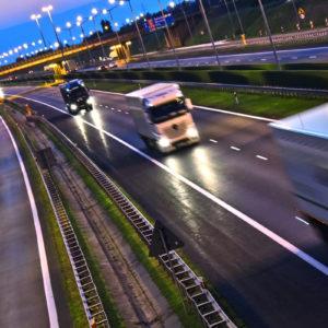 Das ADR legt alle Bereiche der sicheren Beförderung von Gefahrgütern auf der Straße fest. (Foto: monticellllo, Fotolia)