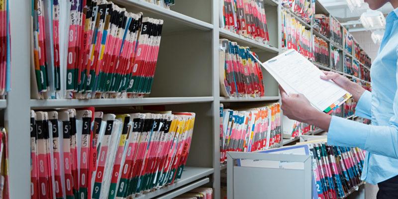 Medizinische Einrichtungen müssen Verträge mit Auftragsverarbeitern, z. B. Entsorgern von Patientenakten und Röntgenfilmen, nach DSGVO erneuern. (Foto: xixinxing, Fotolia)