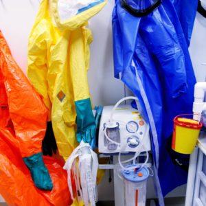 Während eines Einsatzfalles auf der Sonderisolierstation tragen Mediziner und Pflegekräfte spezielle Schutzanzüge. (Foto: Abfallmanager Medizin)