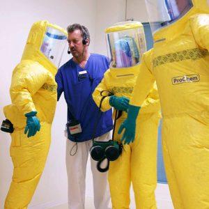 SIS-Koordinator Stefan Boxnick überprüft in der Übung, ob die Schutzanzüge korrekt sitzen. (Foto: Abfallmanager Medizin)