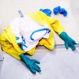 Korrekt entfernter Schutzanzug im Rahmen einer Übung. (Foto: Abfallmanager Medizin)