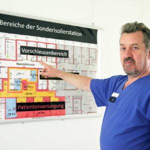 Stefan Boxnick zeigt die Bereiche der Sonderisolierstation des Universitätsklinikums Düsseldorf. (Foto: Abfallmanager Medizin)