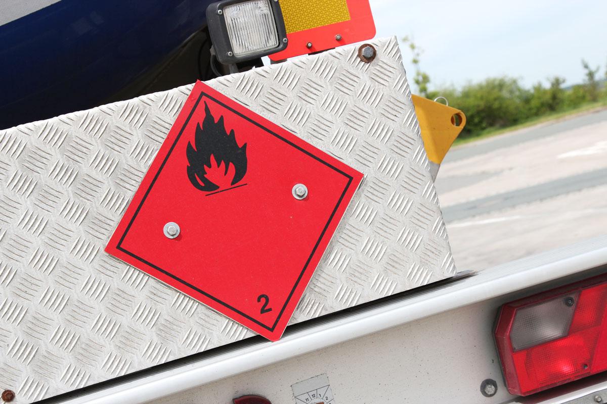 Der Transport gefährlicher Güter wird innerhalb Deutschlands durch das Gefahrgutbeförderungsgesetz geregelt (Foto: Björn Wylezich, Fotolia)