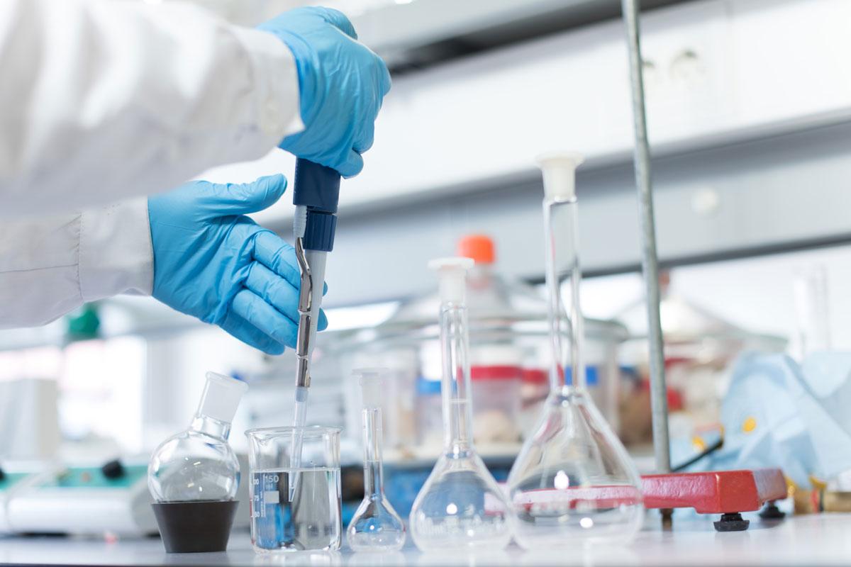 Chemikalien, die aus gefährlichen Stoffen bestehen oder solche enthalten (Foto: Trendsetter, AdobeStock)