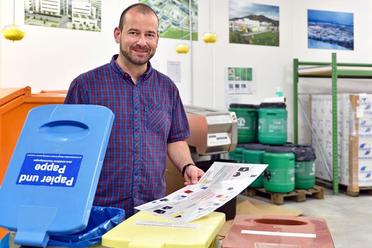 Dr. Marc Hoffmann, Leiter der Stabstelle Umweltschutz (Foto: Michael Szabó, UKJ)