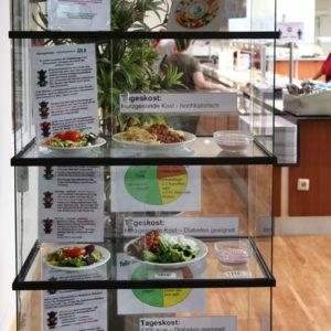 Die Tagesgerichte werden in einer Vitrine vor dem Buffet präsentiert. Hier wird über Inhaltsstoffe und Kalorien aufgeklärt (Foto: Abfallmanager Medizin)