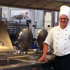 Küchenchef Carsten Henke bereitet täglich drei Wahlessen vor, die frei kombinierbar sind. Die Essenspläne schreibt der Küchenchef in Abstimmung mit der Ernährungs-Expertin im Haus (Foto: Abfallmanager Medizin)