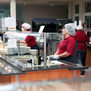 Damit der nötige Abstand auf Grund der geltenden Corona-Hygienerichtlinien eingehalten werden kann, erfolgt eine Einteilung der Etagen auf Essenszeiten. Bestückt werden die Teller vom Personal. Hier gilt: Weniger ist mehr - lieber noch einmal nachordern (Foto: Abfallmanager Medizin)