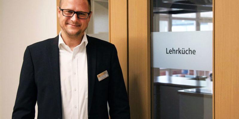 Verwaltungsleiter Tobias Schuchardt vor der Lehrküche in der Klinik Fallingbostel. Ernährung wird hier als ein wesentlicher Teil der Behandlung angesehen.