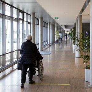 Das moderne Foyer und die barrierefreien Gängen des Zentrums Innere Medizin (ZIM) am Uniklinikum Würzburg eignen sich hervorragende für die beeindruckenden Aufnahmen von damals und heute (Foto: Abfallmanager Medizin)