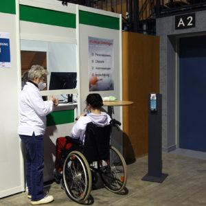 Aufnahme und Datenüberprüfung einer Patientin im Impfzentrum Zwickau (Foto: Abfallmanager Medizin)