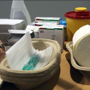 Desinfektionsmittel, Pflaster, Tupfer, Spritzen, Abwurfbehälter: Der logistische Aufwand ist im Impfzentrum enorm (Foto: Abfallmanager Medizin)