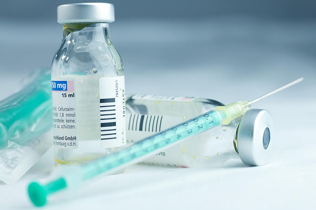 In Deutschland werden zahlreiche Corona-Schutzimpfungen durchgeführt, bei denen eine große Menge an verschiedenen Abfällen entsteht (Foto: Tobiländer, AdobeStock)