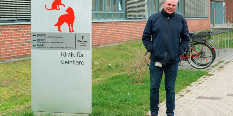 Abfallbeauftragter Dr. Andreas Gassner vor der Klinik für Kleintiere (Foto: Abfallmanager Medizin)