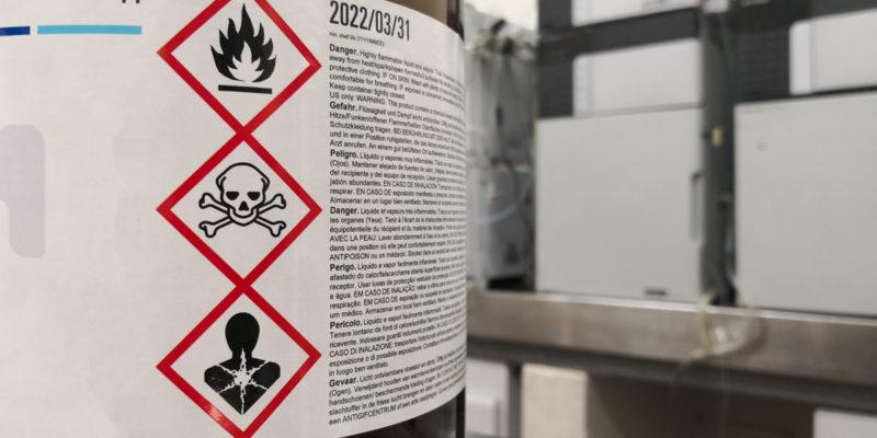 Die richtige Handhabung in der Lagerung von Gefahrstoffen in ortsbeweglichen Behältern ist in der TRGS 510 festgeschrieben (Foto: DavidBautista, AdobeStock)