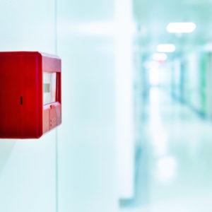 Der Brandschutz in Kliniken einer Vielzahl von Regeln und Leitfäden unterworfen (Foto: baona, iStock)